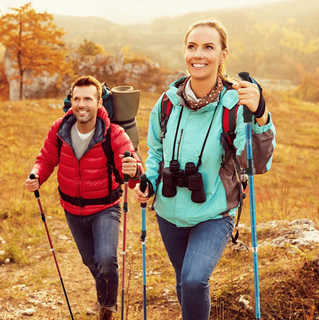 Tập đeo balo và sử dụng gậy leo núi.