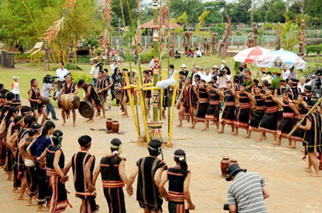 Hòa vào lễ hội lúa mới của người Cơ Tu ở làng Aur