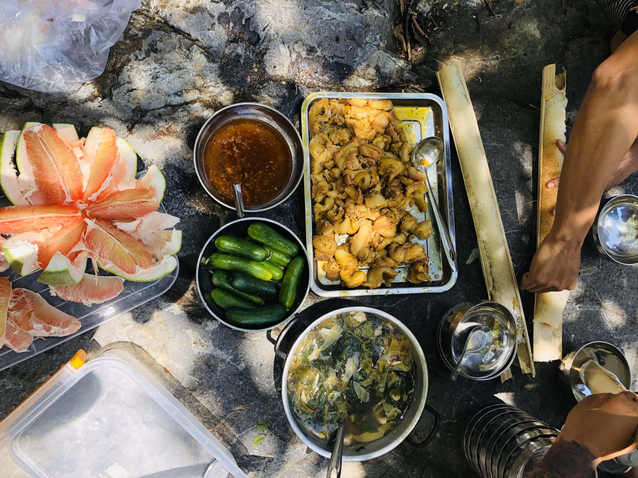 Bữa ăn trưa giữa núi rừng thiên nhiên