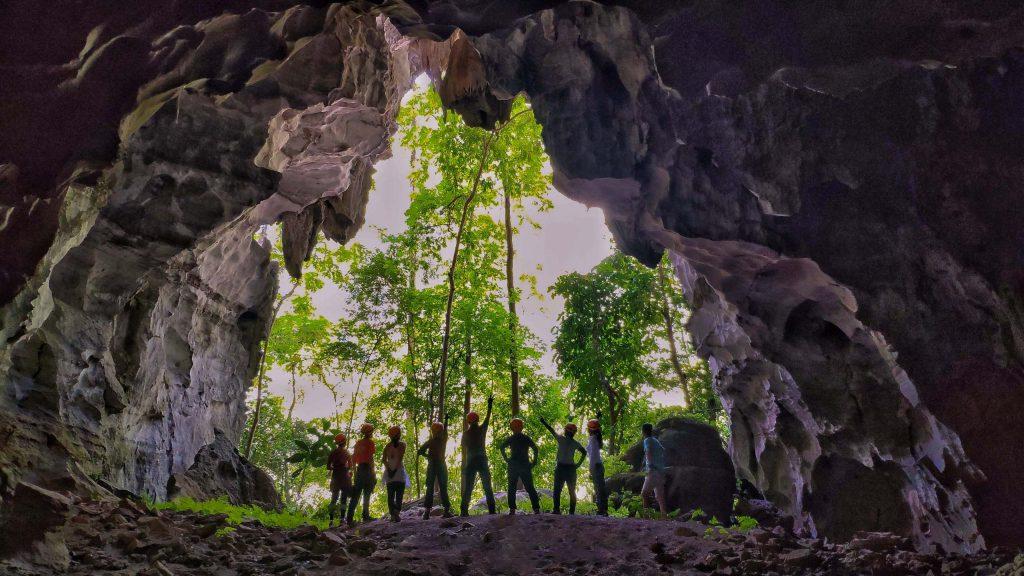 Tour trekking chinh phục khám phá hang Vòm