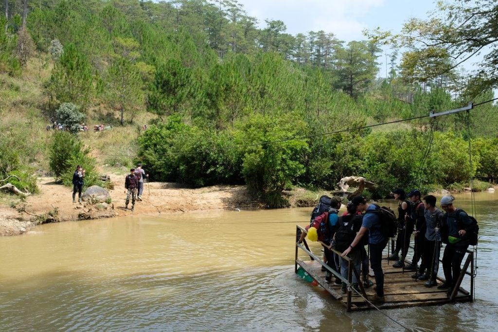 Di chuyển bằng bè qua sông Đa Nhim