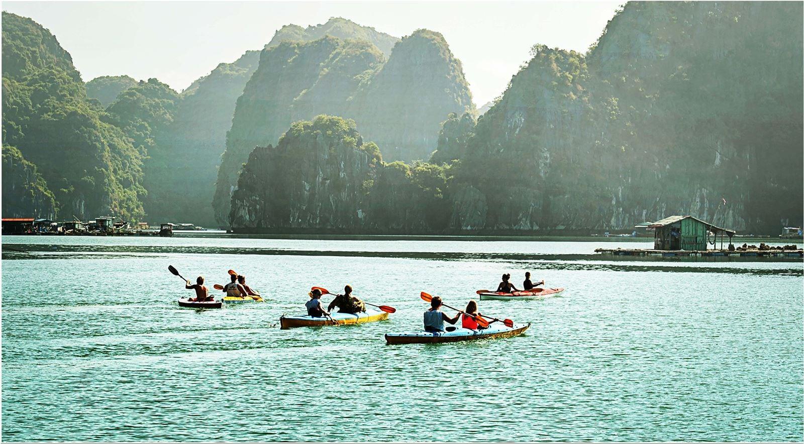 Tour cắm trại - chèo kayak khám phá vịnh Lan Hạ